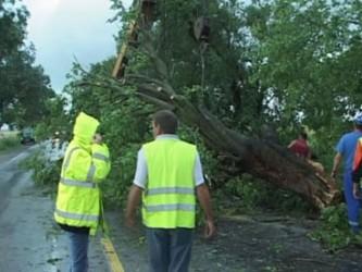 Drumuri blocate şi incendii, din cauza furtunii