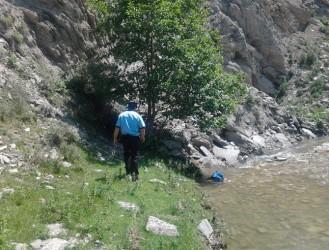 Bărbat găsit mort într-o râpă adâncă de 30 de metri