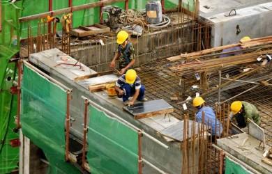 Salariaţii din sectoarele construcţii şi industrii, cel mai bine plătiţi