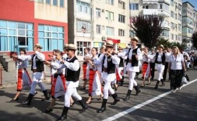 """Sute de artişti la festivalul de folclor """"Someş, cântecele tale"""" Jibou 2012"""