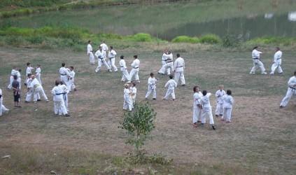 Pregătire pe malul lacului Nistru, pentru karateka de la CS Omega şi CS Dani-San