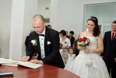 Mai puţine căsătorii, dar şi divorţuri