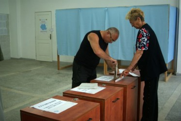 La referendum: Urnele de vot rămân deschise până aproape de miezul nopţii
