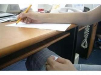 Incredibil!  Viitor profesor prins copiind la examenul de titularizare