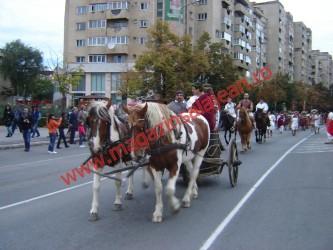 Sute de participanţi la parada Festivalului Roman
