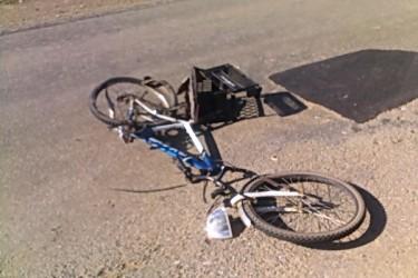 Biciclist spulberat de un autoturism