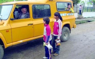 Ca la noi, la nimeni! Elevii sălăjeni plătesc transportul şcolar gratuit