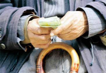 Pensionarii primesc mai mulţi bani pe cuponul de pensie
