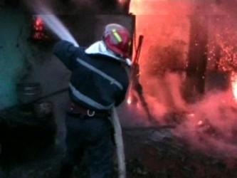 Două locuinţe, distruse de flăcări în week-end
