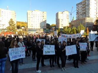 """În lupta contra traficului de persoane, sute de elevi au """"îngheţat"""" preţ de 4 minute"""