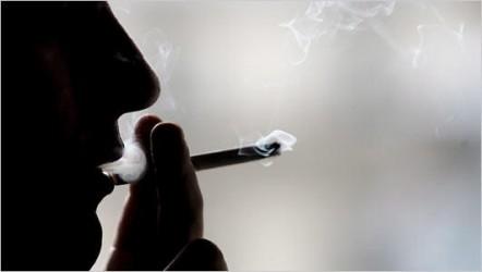 Sub nasul profesorilor, elevii îşi fumează plămânii la şcoală!
