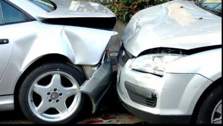 A distrus un autoturism… din cauza alcoolului