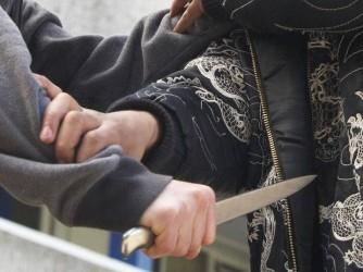 Confundat de agresor, un tânăr a fost înjunghiat în piept