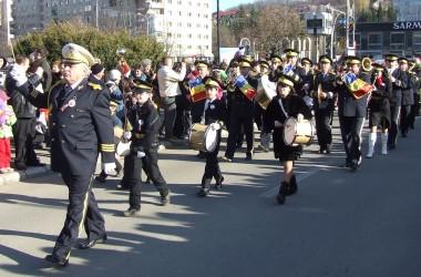Muzică de fanfară şi retragere cu torţe de Ziua Naţională
