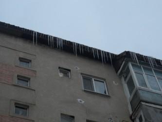 Atenţie la ţurţurii de pe acoperişuri!
