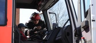 Moş Crăciun a venit cu autospeciala la copiii pompierilor sălăjeni