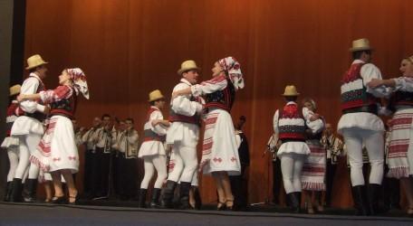 Regal folcloric transilvănean, pe scena Casei de Cultură