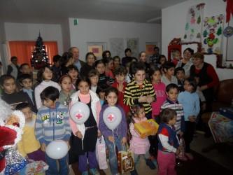 Moş Nicolae a venit de la Crucea Roşie pentru copiii cu nevoi speciale