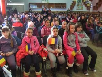 """Elevii Şcolii """"Mihai Eminescu"""" au sărbătorit Mica Unire"""