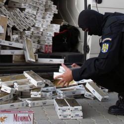 Mamă şi fiu, suspecţi de contrabandă cu ţigări