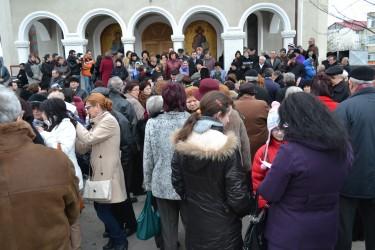 """Proteste la Biserica """"Sfântul Ştefan"""" din Zalău: """"Nu ne luaţi preotul!"""""""