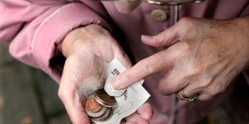 Un pensionar sălăjean, obligat să trăiască încă 76 de ani pentru a-şi achita datoriile