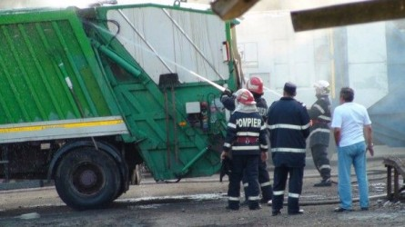 Maşină de gunoi, în flăcări