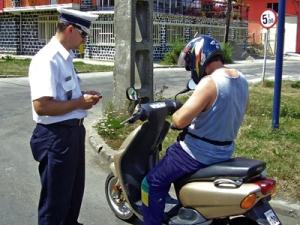 Pe moped, dar fără permis
