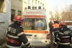 Persoană supraponderală transportată de pompieri