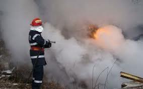 Un copil de trei ani a dat foc la şura părinţilor