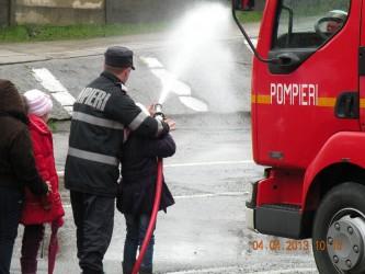 Pompierii i-au învăţat pe elevi cum să apeleze 112