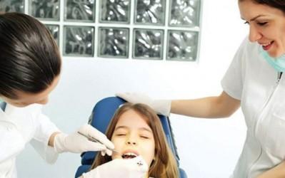 Zece medici sălăjeni oferă consultaţii stomatologice gratuite