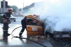 Taxi distrus în incendiu