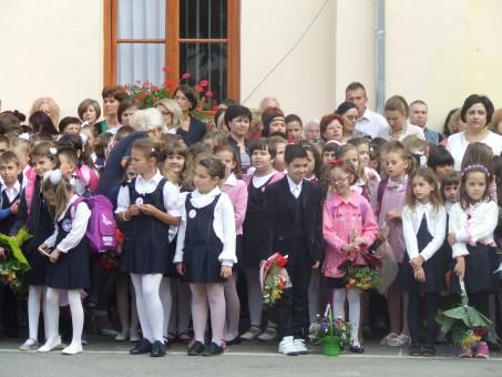 Lacrimi, emoţii şi manuale lipsă în prima zi de şcoală