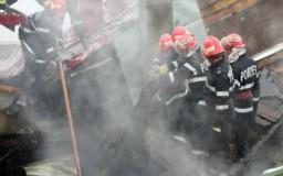 Acoperişul unei case din Zimbor, cuprins de flăcări