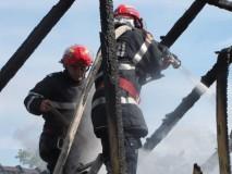 Acoperişul unei case din Halmăşd, distrus de flăcări
