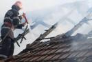 Acoperiş în flăcări din cauza unui coş de fum