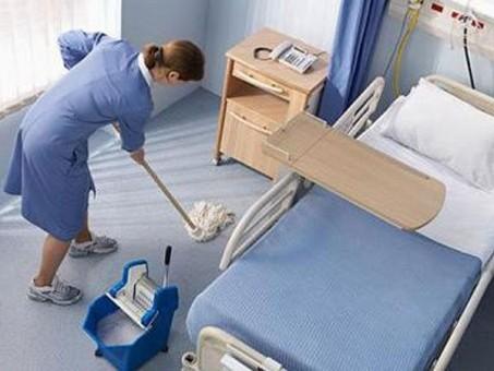 Compania suspectată că distribuie dezinfectanţi diluaţi are contract cu Spitalul Judeţean din 2008