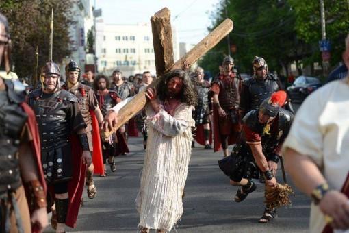 """Premieră! """"Drumul Crucii"""", pus în scenă pe străzile Zalăului"""