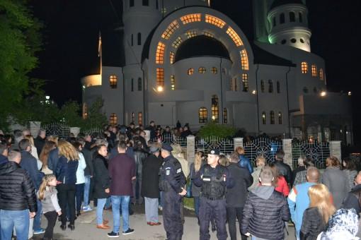 Lumina Învierii a adunat mii de credincioşi la Catedrala Episcopală