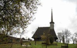 Biserica de lemn din satul sălăjean Brebi, unde sfinții pictați zâmbesc enoriașilor