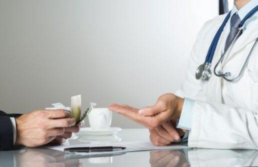 Aproape 100 de persoane pensionate pe caz de boală de către medicul şpăgar Mircea Paşca şi-au pierdut pensia
