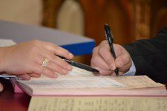 Tinerii căsătoriţi şi familiile în care se naşte al treilea copil ar putea primi sume mari de bani din partea statului